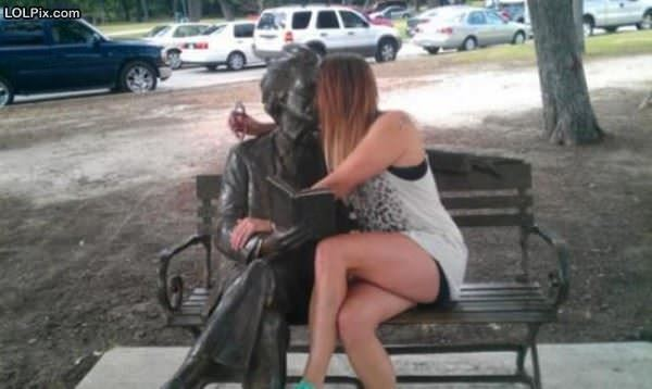 Statue Make Out